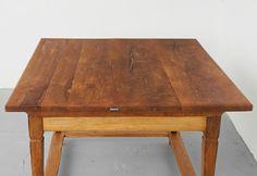 """""""Jogltisch"""", Bauerntisch, Stubentisch, Restauriertes Originalstück um 1800. Ein äußerst seltenes Alleinstellungsmerkmal ist die spezielle Tischplatte aus Birnenholz, die mit Tischbeinen aus Eiche und Bauteilen aus Tanne kombiniert wurde. www.holzgeschichten.com"""