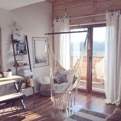 Huśtawka w sypialni z wyjściem na balkon - Lovingit.pl