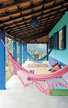 Love the colourful hammock. Future House, My House, Outdoor Spaces, Outdoor Decor, Outdoor Furniture, Blog Deco, Tropical Houses, Rustic Style, Boho Decor