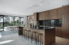 home decor scandinavian Post: Paredes d - Modern Kitchen Design, Modern House Design, Modern Interior Design, Kitchen Designs, Design Scandinavian, Scandinavian Kitchen, Mid Century Modern Kitchen, Modern Bungalow, Home Remodeling