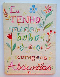 Essas mulheres brasileiras transformam madeiras e materiais que iriam para lixo em quadros decorativos que carregam poesias e cores. Conheça a Serafiniando!