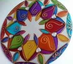 Espelho de 20cm de diâmetro,pintura vitral, decorado com pedrinhas acrílicas e tinta relevo dourada.  A Mandala em sânscrito significa círculo. Observando sua simetria nos tranqüilizamos, propiciando a mente se distanciar dos problemas imediatos, induzindo ao exercício da contemplação. Também utilizadas para circular as energias estagnadas em um ambiente.  O espelho é considerado um das nove curas do Feng Shui. Ele pode ser usado para auxiliar na circulação da energia CHI em um ambiente…