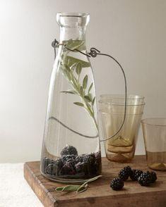 Verschillende water-met-smaakje combi's, zoals dit bramen+salie watertje