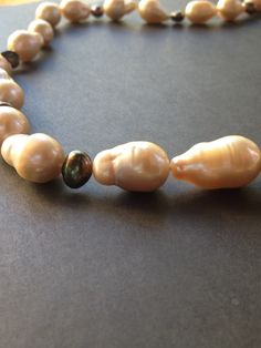 Necklace with fumée pearls