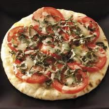 Tomato Basil Pita Pizzas Recipe from Barbara Annino in Galena, Illinois from Healthy Cooking magazine vegetarian-dinners Vegetarian Recipes Dinner, Pizza Recipes, Salad Recipes, Dinner Recipes, Cooking Recipes, Basil Recipes, Pita Bread Pizza, Pita Pizzas, Healthy Cooking