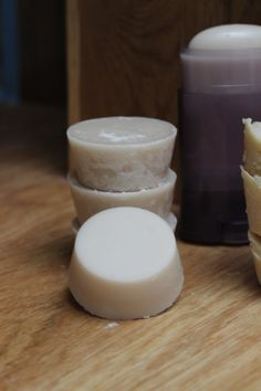 Deodorant home zero waste. – 5 tablespoons of coconut oil – 2 tablespoons of baking soda – 3 tablespoons of starch (Maïzena or Arrowroot) – 5 drops of essential oil Homemade Beauty, Diy Beauty, Beauty Care, Beauty Makeup, Waste Zero, Homemade Deodorant, Homemade Shampoo, Homemade Cosmetics, Beauty Recipe