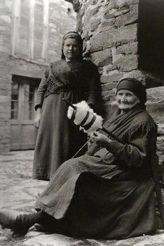 Fia na roca. Fonsagrada, 1925. Foto de Ruth Mathilda Anderson.