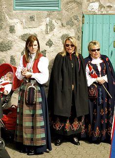 Kvinner i bunad; Ålesund