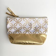 Sewing cosmetic bag - also for beginners - crearesa.de- Outer fabric: Part A: rectangle 20 cm x 9 cm made of patterned fabric, 2 x (top) part B: rectangle 20 cm x 17 cm made of single-colored fabric, 1 x (bottom) lining: Cape Costume, Costume Chevalier, Crafts To Sell, Diy And Crafts, Simple Crafts, Clay Crafts, Felt Crafts, Diy Bags No Sew, Diy Handbag