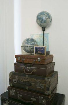 un appartement de bois brut au bord du lac leman - chambre vieilles valises globes terrestres