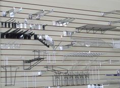 retail slat wall technology display Wall Shelving Systems, Wall Shelves, Merchandising Displays, Store Displays, Modern Store, Shop Fittings, Coffee Shop Design, Slat Wall, Store Fixtures