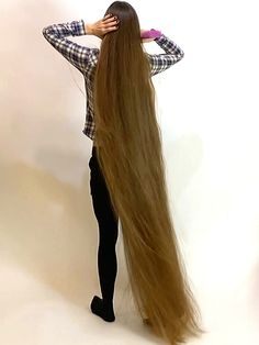 VIDEO - Francesca by the well - RealRapunzels Really Long Hair, Super Long Hair, Beautiful Long Hair, Gorgeous Hair, Medium Hair Styles, Long Hair Styles, Long Hair Play, Long Brown Hair, Black Hair