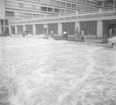 Em 1963, a ressaca fez com que as ondas batessem na murada do Hotel Copacabana Palace.