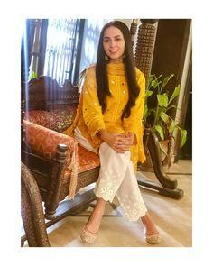 Here is the most prettiest girl 😘 💛💛 Jumma Mubarak Beautiful Pakistani Dresses, Pakistani Formal Dresses, Pakistani Dress Design, Pakistani Outfits, Stylish Dresses For Girls, Stylish Dress Designs, Designs For Dresses, Casual Dresses, Casual Wear