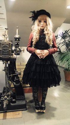 Gothic lolita dresses were always limited to quite a few people. The gothic. Japanese Street Fashion, Asian Fashion, Visual Kei, Kawaii Neko Girl, Gothic Lolita Fashion, Lolita Style, Grunge, Cosplay, Harajuku Fashion