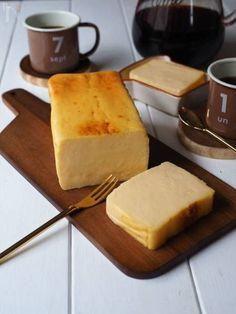 今話題の「チーズテリーヌ」。しっとりと濃厚で、なめらかな口当たりが特徴のチーズのスイーツです。テリーヌと聞くと難しそうなイメージですが、実はチーズケーキで使う材料を混ぜるだけで簡単にできるんですよ! Dessert Cake Recipes, Sweets Cake, Sweets Recipes, Delicious Desserts, Yummy Food, Asian Desserts, Cafe Food, Cookbook Recipes, No Cook Meals