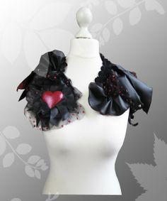 Extravagantes Bolero aus schwarzem Tüll mit roten Glitzer-Punkten, das an verschiedenen Stellen gerafft wurde. Über dem Tüll sitzen unterschiedlich Lederfetzen. Von Lady-Mabelicious auf Dawanda.de