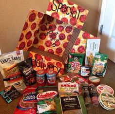 """Special Delivery"" pizza themed care package Stole aPIZZA my heart. Missionary Packages, Deployment Care Packages, Military Care Packages, Homemade Gifts, Diy Gifts, Stocking Stuffers For Dad, College Gifts, College Gift Baskets, College Dorms"