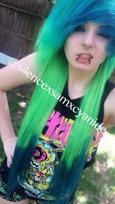 Scene girl with green and blue hair IG| @silencexsamxcyanide