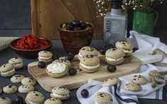 Macarons de aceitunas negras con aceite de oliva ahumado y crema de queso Macarons, Stuffed Mushrooms, Dairy, Cheese, Vegetables, Food, Cream Cheeses, Almonds, Appetizers
