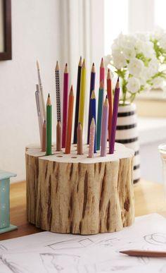 In nur wenigen Schritten wird aus einem Stück Holz ein toller Stifthalter für ihren Schreibtisch. Die Bastelanleitung dazu ist kinderleicht.
