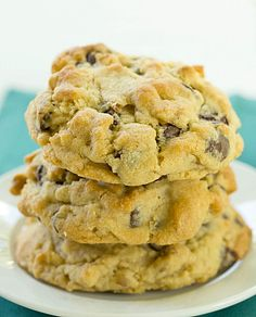 Levain Bakery Chocolate Chip Cookies - I have to try it. for Rob :) Bakery Chocolate Chip Cookie Recipe, Perfect Chocolate Chip Cookies, Cookie Brownie Bars, Cookie Desserts, Cookie Recipes, Dessert Recipes, Levain Cookie Recipe, Tea Cakes, Shortbread