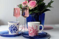 Äitienpäivänä kaikki äidit ovat ansainneet hemmotteluaamiaisen. Juhlan kunniaksi kaadoin laseihin tilkan seljankukkamehua ja lasin täytin roseekuohuviinillä. Myös tavallinen kuohuviini sopii juomaan. Minä halusin juomasta vaaleanpunaisen, koska sesopi paremmin kukkien ja kattauksen värimaailmaan. Seljankukkamehua käytetään paljon varsinkin Ruotsissa. Suomestakin sitä löytää jo melko hyvin ainakin suuremmista kaupoista ja Ikeasta (ruotsiksi fläderblomma englanniksi…