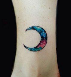 Idées de tatouages pour le poignet : un croissant de lune coloré - Cosmopolitan.fr