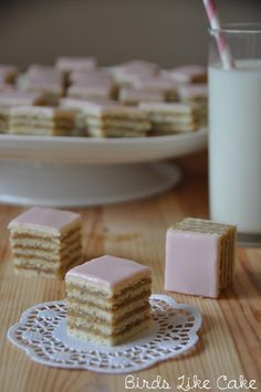 """Rozen Torta ist eine klassische serbische """"Torte"""", welche jedoch in kleine W. Rozen Torta is a classic Serbian """"cake"""", which, however, is cut into small dices or rectangles and then served as a past Bolo Vegan, Macedonian Food, Cake Recipes, Dessert Recipes, Bulgarian Recipes, Cookie Do, Baked Beans, Food Cakes, Mini Cakes"""