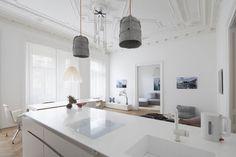 Πώς ένα σπίτι του 19ου αιώνα με δρύινα πατώματα και σκαλιστά ταβάνια μεταμορφώθηκε σε σύγχρονο μίνιμαλ διαμέρισμα