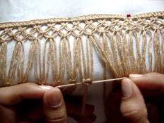 Fênix mostra alguns passos na produção da bata em macramê.
