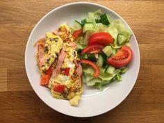 Omelett og salat❤ Greek Salad, Cobb Salad, Shrimp, Tacos, Ethnic Recipes, Strong, Live, Food, Omelette