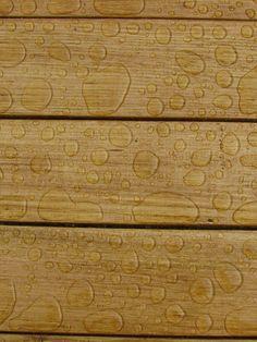 Gouttes d'eau sur bois