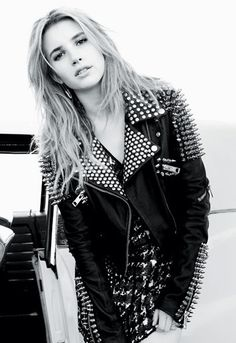 Emma Roberts Talks Role Models & 'Scream' Spookiness Emma Roberts rocks a studded leather jacket by Burberry Prorsum in this new shot for Elle magazine's latest issue, featuring cover girl Amanda Seyfried. Look Rock, Rock Style, My Style, Rock Chic, Celeb Style, Hair Style, Spiked Leather Jacket, Studded Jacket, Teen Celebrities