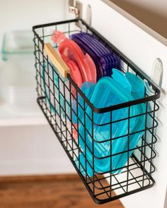 10 Clever Ways to Organize Tupperware and Food Storage Containers Raise your hand if, despite your best efforts, Tupperware and other plastic—or even glass—food storage containers always seem to take over your entire kitchen. Organiser Tupperware, Tupperware Organizing, Tupperware Storage, Organisation Hacks, Organizing Hacks, Storage Hacks, Storage Ideas, Storage Solutions, Container Organization
