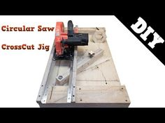 Circular Saw Crosscut Jig - Porta di legno Must Have Woodworking Tools, Woodworking Tools For Beginners, Woodworking Projects Diy, Woodworking Plans, Diy Router Table, Table Saw Jigs, Diy Table Saw, Circular Saw Table, Circular Saw Jig