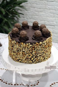 Bolo Ferrero Rocher Lots of hazelnuts and Nutella in this Ferrero Rocher Cake! You can't help it ! Sweet Desserts, Sweet Recipes, Delicious Desserts, Cake Recipes, Dessert Recipes, Bolo Ferrero Rocher, Cake Board, Love Cake, Homemade Cakes