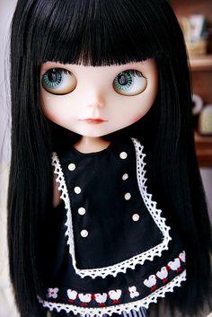 Blythe con el pelo liso negro y con flequillo