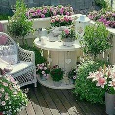 Turn an Old Spool into a Garden Patio.these are the BEST Garden & DIY Yard Ideas! Over 20 of the BEST Garden Ideas & DIY Yard Projects - everything from yard art, planters, garden stones, green houses, & more! Amazing Gardens, Beautiful Gardens, Beautiful Flowers, Design Jardin, Apartment Balconies, Apartment Plants, Balcony Garden, Balcony Ideas, Balcony Plants