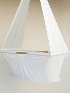 Ideas diy baby cradle bassinet hanging crib for 2019 Hanging Bassinet, Hanging Cradle, Hanging Crib, Diy Hanging, Baby Crib Diy, Baby Bassinet, Diy Baby Gifts, Baby Crafts, Baby Hammock