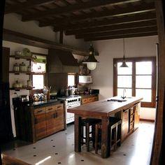 cocina y feng shui Kitchen Dinning, Cute Kitchen, Rustic Kitchen, Kitchen Decor, Kitchen Design, Black Kitchens, Home Kitchens, Cabin Interior Design, Plywood Kitchen