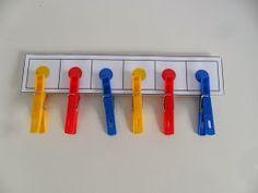 Podemos crear un juego sencillo en el que los niños/as tienen que clasificar pinzas de diferentes colores y ponerlas donde corresponda. ...