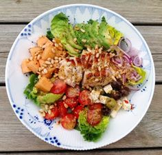 """Vi fik denne lækre mættende kyllingesalat i aftes. Hvis jeg skal have held med at """"sælge"""" sådan en salat som aftenret til min mand, kræ..."""
