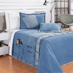 The decor is dressed in jeans - Floriane Lemarié - DIY Recycling Jeans Recycling, Recycle Jeans, Diy Jeans, Quilt Inspiration, Blue Jean Quilts, Denim Decor, Trash To Couture, Denim Ideas, Denim Crafts