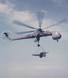 "Sikorsky CH-54 Tarhe ""Skycrane"" hauling a 155mm howitzer"