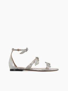 Sandales Plates Mike à découvrir ici et faites vos achats en ligne sur le site Internet officiel de CHLOÉ. CH28063E46