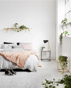 Bedroom with pink and green details