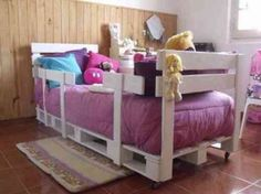 Une vue d'un petit lit pour enfant avec des palettes de bois