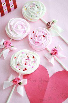Piruletas de merengue para amor y amistad. #PostresDeOrYAmistad