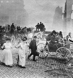 1906 San Francisco earthquake aftermath as refugees flee the flames. Vintage Pictures, Old Pictures, Old Photos, Us History, American History, Family History, San Francisco Earthquake, Interesting History, Historical Pictures